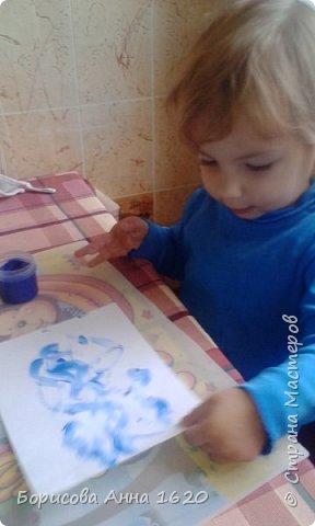 Наш Петушок-малышок родился на свет 8 ноября 2016 года. Мы с дочкой грустили дома, так как Катюша болела. Что бы немного развеется мы решили порисовать. Взяли: пальчиковые краски, бумагу, клей,  лист картона,  ножницы, фломастер, ватные палочки или кисть для клея. фото 6