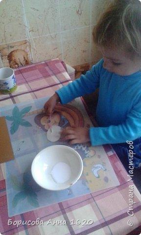 Наш Петушок-малышок родился на свет 8 ноября 2016 года. Мы с дочкой грустили дома, так как Катюша болела. Что бы немного развеется мы решили порисовать. Взяли: пальчиковые краски, бумагу, клей,  лист картона,  ножницы, фломастер, ватные палочки или кисть для клея. фото 10