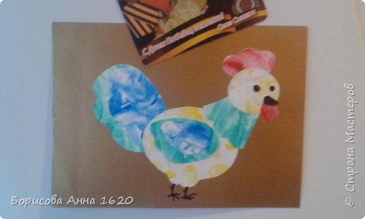 Наш Петушок-малышок родился на свет 8 ноября 2016 года. Мы с дочкой грустили дома, так как Катюша болела. Что бы немного развеется мы решили порисовать. Взяли: пальчиковые краски, бумагу, клей,  лист картона,  ножницы, фломастер, ватные палочки или кисть для клея. фото 13