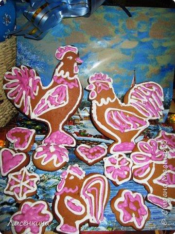"""Здравствуйте дорогие мастера и мастерицы. Хочу представить на конкурс «Встречаем Огненного Петуха» свою работу """"Пряничный петушок"""" Традиционно на Новый год пекутся пряники или имбирное печенье с глазурью. Из пряничного теста можно вырезать различные фигуры. Тесто делается не сложно а процесс вырезания, формовки и раскраски пряников очень интересный. Берите деток в помощники. Вырезанные и раскрашенные собственноручно пряники на много вкуснее) Можно повесить пряники на елку и тогда будет не только красиво но ещё и вкусно. фото 24"""