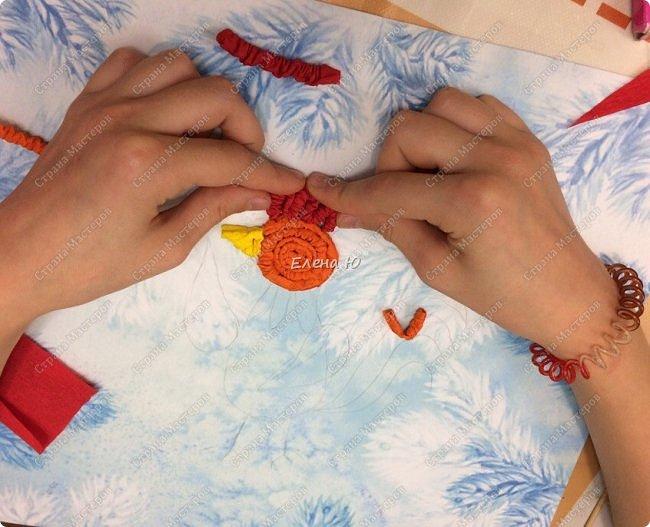 Вот такой красочный петушок получился из гофрированной бумаги фото 3