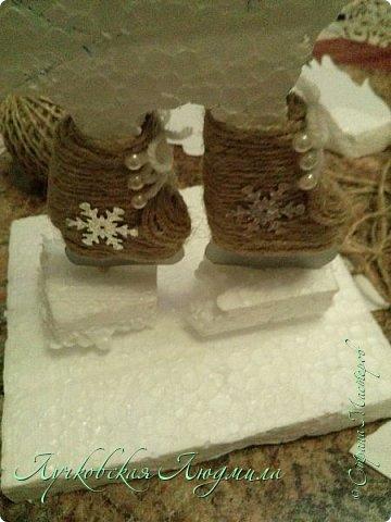 Этот петушок очень любит зиму и зимние забавы: кататься на санках и коньках, строить крепость и играть в снежки. Это он на катке.  фото 12