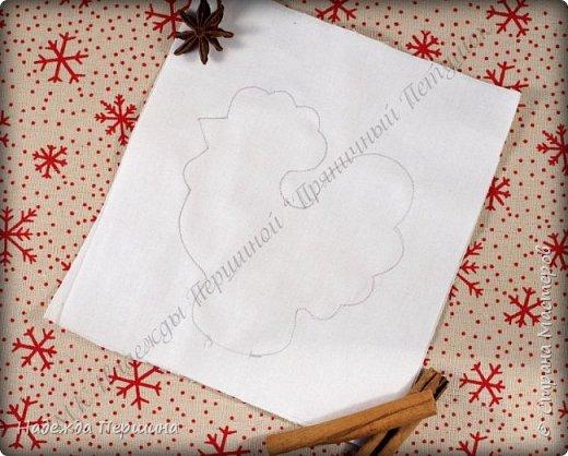 Сегодня я покажу вам, как можно сшить пряник :) Да-да, не испечь, а именно сшить.  Очень люблю коричные пряники и они частые гости у меня на столе особенно в зимнее время.  Поэтому не долго думая, решила, что и петушки к Новому году, сделаю в стиле пряников.  Пряники-петушки из бязи, затонированные кофейно-коричной смесью :) Звучит вкусно и ароматно. фото 4