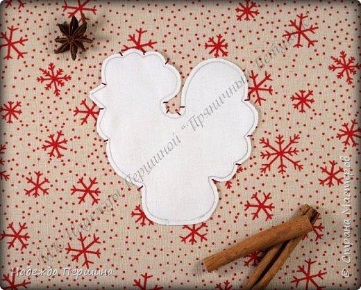 Сегодня я покажу вам, как можно сшить пряник :) Да-да, не испечь, а именно сшить.  Очень люблю коричные пряники и они частые гости у меня на столе особенно в зимнее время.  Поэтому не долго думая, решила, что и петушки к Новому году, сделаю в стиле пряников.  Пряники-петушки из бязи, затонированные кофейно-коричной смесью :) Звучит вкусно и ароматно. фото 5