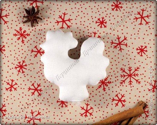 Сегодня я покажу вам, как можно сшить пряник :) Да-да, не испечь, а именно сшить.  Очень люблю коричные пряники и они частые гости у меня на столе особенно в зимнее время.  Поэтому не долго думая, решила, что и петушки к Новому году, сделаю в стиле пряников.  Пряники-петушки из бязи, затонированные кофейно-коричной смесью :) Звучит вкусно и ароматно. фото 6
