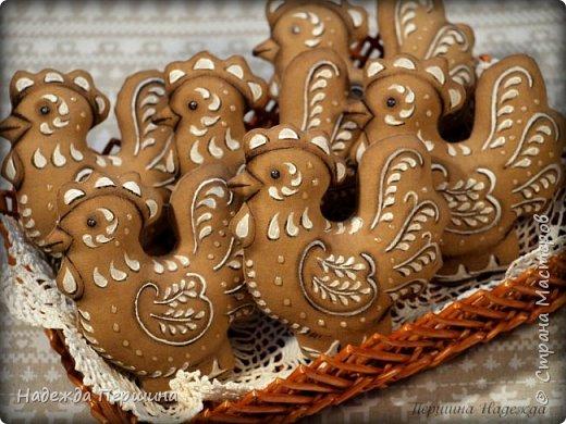 Сегодня я покажу вам, как можно сшить пряник :) Да-да, не испечь, а именно сшить.  Очень люблю коричные пряники и они частые гости у меня на столе особенно в зимнее время.  Поэтому не долго думая, решила, что и петушки к Новому году, сделаю в стиле пряников.  Пряники-петушки из бязи, затонированные кофейно-коричной смесью :) Звучит вкусно и ароматно. фото 21