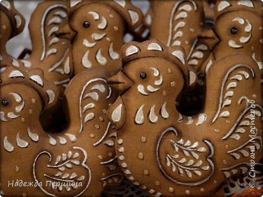 Сегодня я покажу вам, как можно сшить пряник :) Да-да, не испечь, а именно сшить.  Очень люблю коричные пряники и они частые гости у меня на столе особенно в зимнее время.  Поэтому не долго думая, решила, что и петушки к Новому году, сделаю в стиле пряников.  Пряники-петушки из бязи, затонированные кофейно-коричной смесью :) Звучит вкусно и ароматно. фото 22