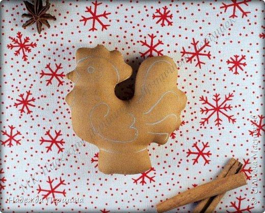 Сегодня я покажу вам, как можно сшить пряник :) Да-да, не испечь, а именно сшить.  Очень люблю коричные пряники и они частые гости у меня на столе особенно в зимнее время.  Поэтому не долго думая, решила, что и петушки к Новому году, сделаю в стиле пряников.  Пряники-петушки из бязи, затонированные кофейно-коричной смесью :) Звучит вкусно и ароматно. фото 10