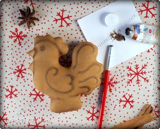 Сегодня я покажу вам, как можно сшить пряник :) Да-да, не испечь, а именно сшить.  Очень люблю коричные пряники и они частые гости у меня на столе особенно в зимнее время.  Поэтому не долго думая, решила, что и петушки к Новому году, сделаю в стиле пряников.  Пряники-петушки из бязи, затонированные кофейно-коричной смесью :) Звучит вкусно и ароматно. фото 11