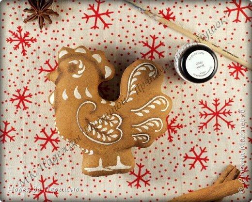 Сегодня я покажу вам, как можно сшить пряник :) Да-да, не испечь, а именно сшить.  Очень люблю коричные пряники и они частые гости у меня на столе особенно в зимнее время.  Поэтому не долго думая, решила, что и петушки к Новому году, сделаю в стиле пряников.  Пряники-петушки из бязи, затонированные кофейно-коричной смесью :) Звучит вкусно и ароматно. фото 12