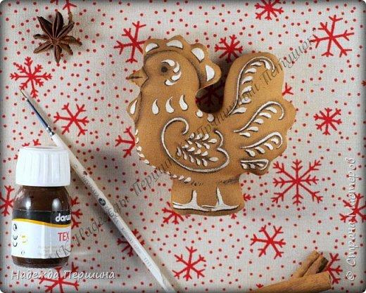 Сегодня я покажу вам, как можно сшить пряник :) Да-да, не испечь, а именно сшить.  Очень люблю коричные пряники и они частые гости у меня на столе особенно в зимнее время.  Поэтому не долго думая, решила, что и петушки к Новому году, сделаю в стиле пряников.  Пряники-петушки из бязи, затонированные кофейно-коричной смесью :) Звучит вкусно и ароматно. фото 13