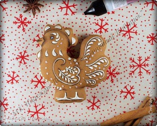 Сегодня я покажу вам, как можно сшить пряник :) Да-да, не испечь, а именно сшить.  Очень люблю коричные пряники и они частые гости у меня на столе особенно в зимнее время.  Поэтому не долго думая, решила, что и петушки к Новому году, сделаю в стиле пряников.  Пряники-петушки из бязи, затонированные кофейно-коричной смесью :) Звучит вкусно и ароматно. фото 15