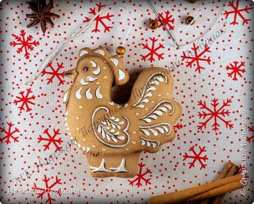 Сегодня я покажу вам, как можно сшить пряник :) Да-да, не испечь, а именно сшить.  Очень люблю коричные пряники и они частые гости у меня на столе особенно в зимнее время.  Поэтому не долго думая, решила, что и петушки к Новому году, сделаю в стиле пряников.  Пряники-петушки из бязи, затонированные кофейно-коричной смесью :) Звучит вкусно и ароматно. фото 16