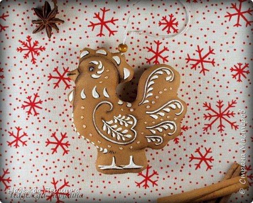 Сегодня я покажу вам, как можно сшить пряник :) Да-да, не испечь, а именно сшить.  Очень люблю коричные пряники и они частые гости у меня на столе особенно в зимнее время.  Поэтому не долго думая, решила, что и петушки к Новому году, сделаю в стиле пряников.  Пряники-петушки из бязи, затонированные кофейно-коричной смесью :) Звучит вкусно и ароматно. фото 17