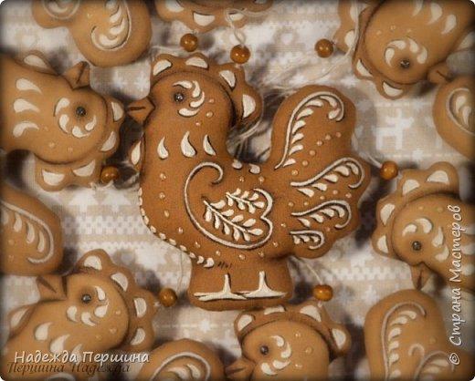 Сегодня я покажу вам, как можно сшить пряник :) Да-да, не испечь, а именно сшить.  Очень люблю коричные пряники и они частые гости у меня на столе особенно в зимнее время.  Поэтому не долго думая, решила, что и петушки к Новому году, сделаю в стиле пряников.  Пряники-петушки из бязи, затонированные кофейно-коричной смесью :) Звучит вкусно и ароматно. фото 18