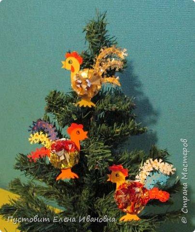 Представляю вашему вниманию  вот таких петушков для украшения новогодней ёлки.Основной материал - конфетные фантики.Этот бросовый материал просто создан для украшения новогоднего праздника ))). Сырьё очень доступное ,яркое и безвредное,что очень важно при работе с детьми. фото 1