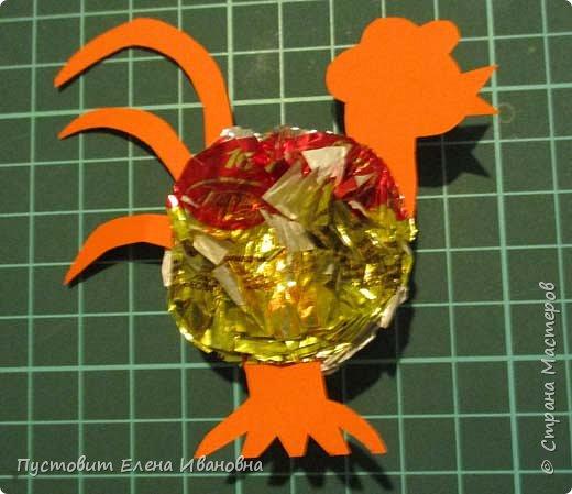 Представляю вашему вниманию  вот таких петушков для украшения новогодней ёлки.Основной материал - конфетные фантики.Этот бросовый материал просто создан для украшения новогоднего праздника ))). Сырьё очень доступное ,яркое и безвредное,что очень важно при работе с детьми. фото 10