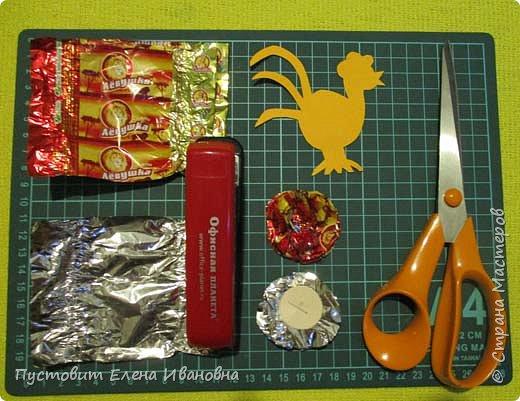 Представляю вашему вниманию  вот таких петушков для украшения новогодней ёлки.Основной материал - конфетные фантики.Этот бросовый материал просто создан для украшения новогоднего праздника ))). Сырьё очень доступное ,яркое и безвредное,что очень важно при работе с детьми. фото 11