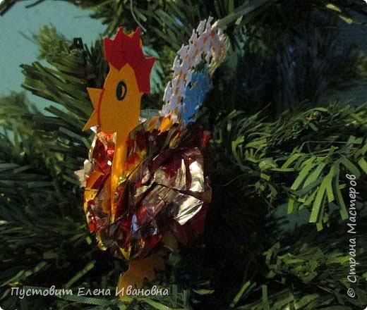Представляю вашему вниманию  вот таких петушков для украшения новогодней ёлки.Основной материал - конфетные фантики.Этот бросовый материал просто создан для украшения новогоднего праздника ))). Сырьё очень доступное ,яркое и безвредное,что очень важно при работе с детьми. фото 4