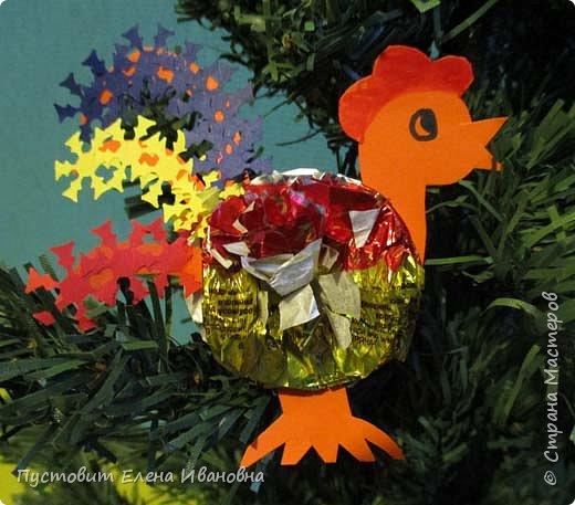 Представляю вашему вниманию  вот таких петушков для украшения новогодней ёлки.Основной материал - конфетные фантики.Этот бросовый материал просто создан для украшения новогоднего праздника ))). Сырьё очень доступное ,яркое и безвредное,что очень важно при работе с детьми. фото 5