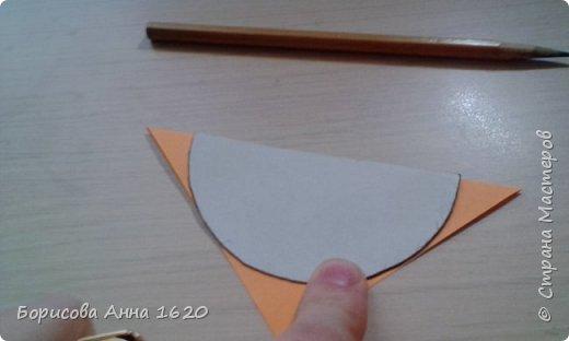Я уже давно занимаюсь объемными игрушками из бумаги. Мы с детьми делали шары, хлопушки, сосульки, груши и яблоки, украшали таким образом открытки. И мне захотелось поделиться с вами этой техникой на примере Петушка. Для работы вам понадобятся: картон, бумага для записей двух цветов (9 х 9 см), клей ПВА (нужен густой, т.к. быстрее сохнет и не растекается), ножницы, краски (у меня акриловые контуры). фото 4