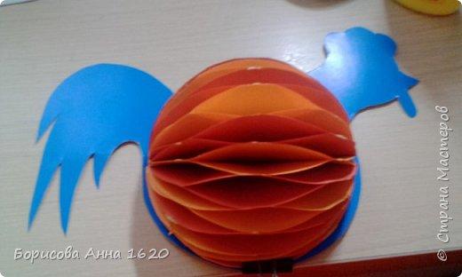 Я уже давно занимаюсь объемными игрушками из бумаги. Мы с детьми делали шары, хлопушки, сосульки, груши и яблоки, украшали таким образом открытки. И мне захотелось поделиться с вами этой техникой на примере Петушка. Для работы вам понадобятся: картон, бумага для записей двух цветов (9 х 9 см), клей ПВА (нужен густой, т.к. быстрее сохнет и не растекается), ножницы, краски (у меня акриловые контуры). фото 11
