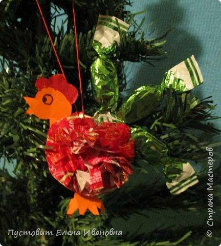 Представляю вашему вниманию  вот таких петушков для украшения новогодней ёлки.Основной материал - конфетные фантики.Этот бросовый материал просто создан для украшения новогоднего праздника ))). Сырьё очень доступное ,яркое и безвредное,что очень важно при работе с детьми. фото 14