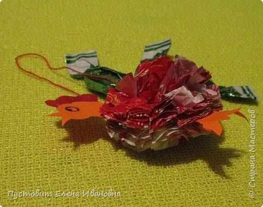 Представляю вашему вниманию  вот таких петушков для украшения новогодней ёлки.Основной материал - конфетные фантики.Этот бросовый материал просто создан для украшения новогоднего праздника ))). Сырьё очень доступное ,яркое и безвредное,что очень важно при работе с детьми. фото 16