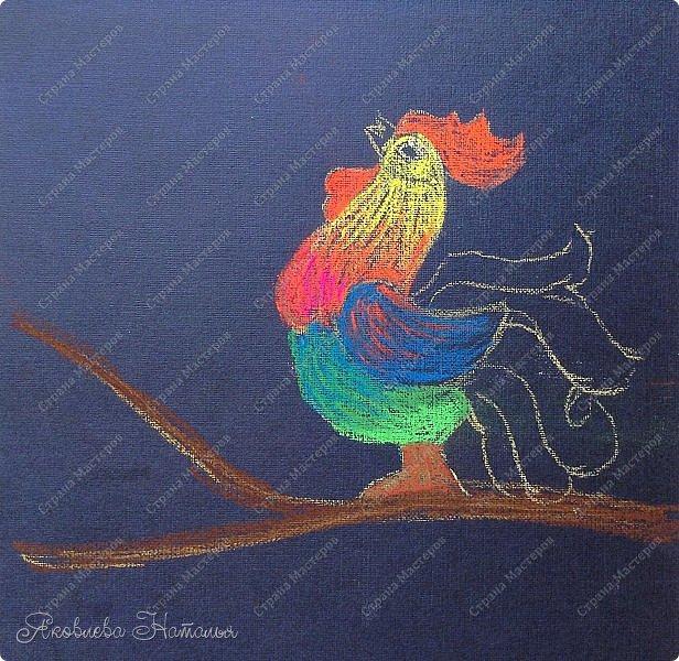 Задумка нарисовать петушка в виде ёлочной игрушки пришла сразу. Но я как учитель изобразительного искусства, начала думать как изобразить так, чтобы потом порисовать с детьми. В результате получилась вот такая на мой взгляд, не сложная работа, с применением пастели на чёрном фоне.   фото 7