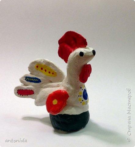 Для конкурса я решила сделать дымковского петушка. Почему именно дымковскую игрушку? В давние времена дымковские игрушки изготавливали к праздникам и продавали на ярмарках. Использование таких цветов как красного, жёлтого, синего, зелёного, алого, придаёт дымковской игрушке особую яркость и нарядность. Раз петушка мы делаем к самому любимому празднику Новому году, то пусть он будет ярким и праздничным. фото 1