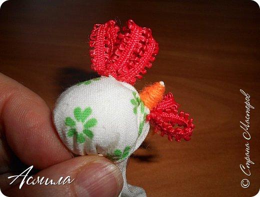 Здравствуйте, дорогие жители Страны. Предлагаю вам сделать петушка в стиле русской народной игрушки из ткани. изготовить его не сложно. А использовать можно в качестве игрушки на ёлку. фото 11