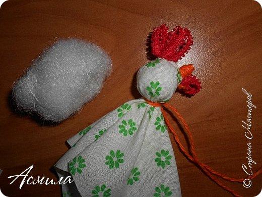 Здравствуйте, дорогие жители Страны. Предлагаю вам сделать петушка в стиле русской народной игрушки из ткани. изготовить его не сложно. А использовать можно в качестве игрушки на ёлку. фото 12
