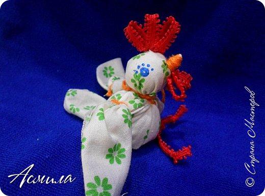 Здравствуйте, дорогие жители Страны. Предлагаю вам сделать петушка в стиле русской народной игрушки из ткани. изготовить его не сложно. А использовать можно в качестве игрушки на ёлку. фото 1