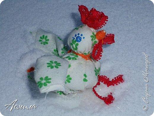 Здравствуйте, дорогие жители Страны. Предлагаю вам сделать петушка в стиле русской народной игрушки из ткани. изготовить его не сложно. А использовать можно в качестве игрушки на ёлку. фото 2