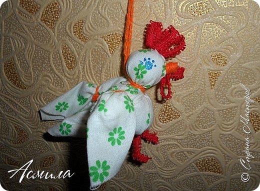 Здравствуйте, дорогие жители Страны. Предлагаю вам сделать петушка в стиле русской народной игрушки из ткани. изготовить его не сложно. А использовать можно в качестве игрушки на ёлку. фото 19