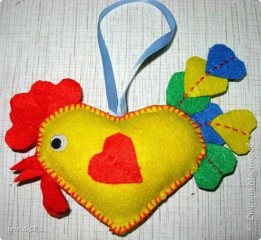 Вот такой сердечный петушок из фетра у меня появился! Вообще задумывался как игрушка на ёлку, но думаю он может служить и игольницей. фото 1