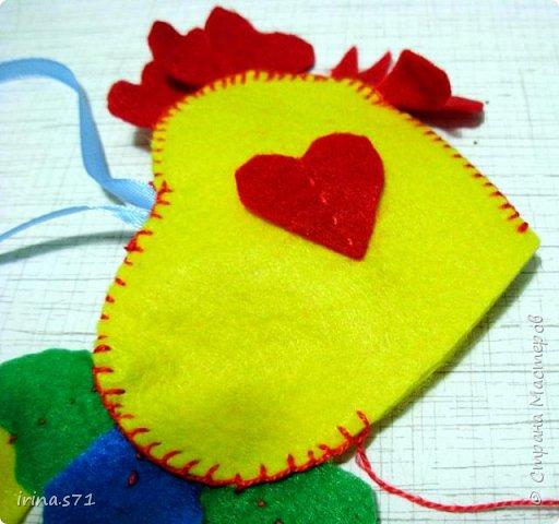 Вот такой сердечный петушок из фетра у меня появился! Вообще задумывался как игрушка на ёлку, но думаю он может служить и игольницей. фото 13
