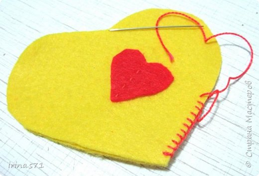 Вот такой сердечный петушок из фетра у меня появился! Вообще задумывался как игрушка на ёлку, но думаю он может служить и игольницей. фото 9