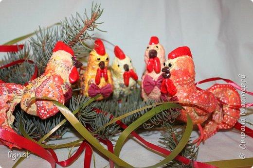 Здравствуйте, жители Страны! Приближается самый лучший праздник - Новый год, который мы с нетерпением все ждём! Никогда не участвовала в творческих конкурсах, тем более в мастер-классах, поэтому прошу не судить меня строго:).  Мне очень нравятся ёлочные игрушки из ваты, моя работа из этого простого и доступного для всех материала... фото 18