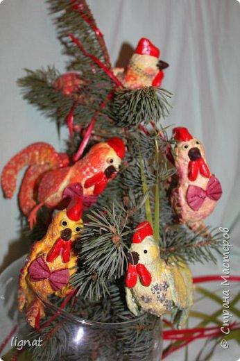 Здравствуйте, жители Страны! Приближается самый лучший праздник - Новый год, который мы с нетерпением все ждём! Никогда не участвовала в творческих конкурсах, тем более в мастер-классах, поэтому прошу не судить меня строго:).  Мне очень нравятся ёлочные игрушки из ваты, моя работа из этого простого и доступного для всех материала... фото 19