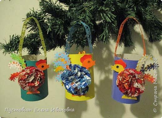 Представляю вашему вниманию  вот таких петушков для украшения новогодней ёлки.Основной материал - конфетные фантики.Этот бросовый материал просто создан для украшения новогоднего праздника ))). Сырьё очень доступное ,яркое и безвредное,что очень важно при работе с детьми. фото 17