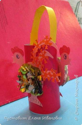 Представляю вашему вниманию  вот таких петушков для украшения новогодней ёлки.Основной материал - конфетные фантики.Этот бросовый материал просто создан для украшения новогоднего праздника ))). Сырьё очень доступное ,яркое и безвредное,что очень важно при работе с детьми. фото 18