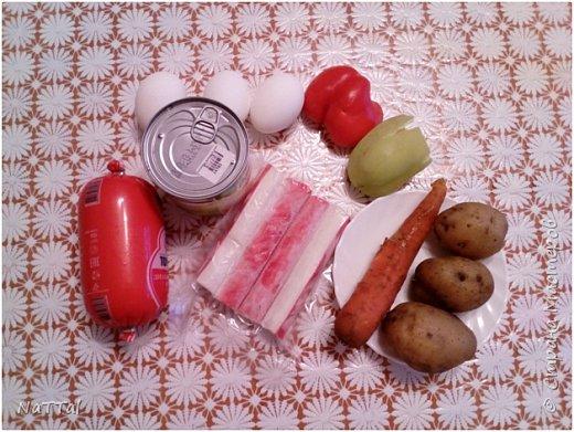 Какой же Новый год 2017 без салата символа, без петуха. Мой салатик порадует ваши глаза своим присутствием на празднике, а вкус его заставит вас пробовать снова и снова. Для того, чтобы насладиться вкусом моего салата, я вас приглашаю на мою кулинарную кухню, приготовить его вместе со мной. Для приготовления салата мне понадобились, следующие ингредиенты: 1.Красный и зелёный перец – 2 штуки;  2.Куриная колбаса – 200г.; 3.Яйца – 3 штуки; 4.Майонез – 50г.; 5.Кукуруза – 1 банка; 6.Морковь – 2 штуки; 7.Картофель – 3 штуки;  8.Крабовые палочки – 4 штуки     фото 2