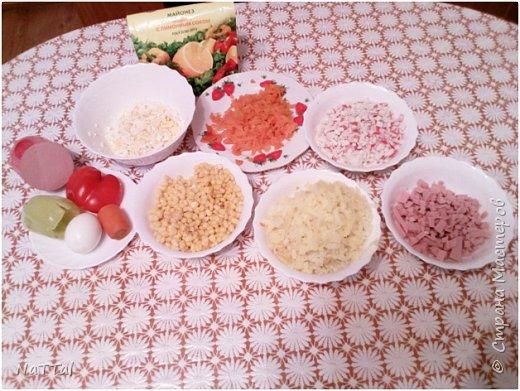 Какой же Новый год 2017 без салата символа, без петуха. Мой салатик порадует ваши глаза своим присутствием на празднике, а вкус его заставит вас пробовать снова и снова. Для того, чтобы насладиться вкусом моего салата, я вас приглашаю на мою кулинарную кухню, приготовить его вместе со мной. Для приготовления салата мне понадобились, следующие ингредиенты: 1.Красный и зелёный перец – 2 штуки;  2.Куриная колбаса – 200г.; 3.Яйца – 3 штуки; 4.Майонез – 50г.; 5.Кукуруза – 1 банка; 6.Морковь – 2 штуки; 7.Картофель – 3 штуки;  8.Крабовые палочки – 4 штуки     фото 3
