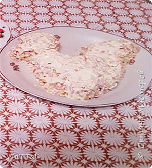 Какой же Новый год 2017 без салата символа, без петуха. Мой салатик порадует ваши глаза своим присутствием на празднике, а вкус его заставит вас пробовать снова и снова. Для того, чтобы насладиться вкусом моего салата, я вас приглашаю на мою кулинарную кухню, приготовить его вместе со мной. Для приготовления салата мне понадобились, следующие ингредиенты: 1.Красный и зелёный перец – 2 штуки;  2.Куриная колбаса – 200г.; 3.Яйца – 3 штуки; 4.Майонез – 50г.; 5.Кукуруза – 1 банка; 6.Морковь – 2 штуки; 7.Картофель – 3 штуки;  8.Крабовые палочки – 4 штуки     фото 4