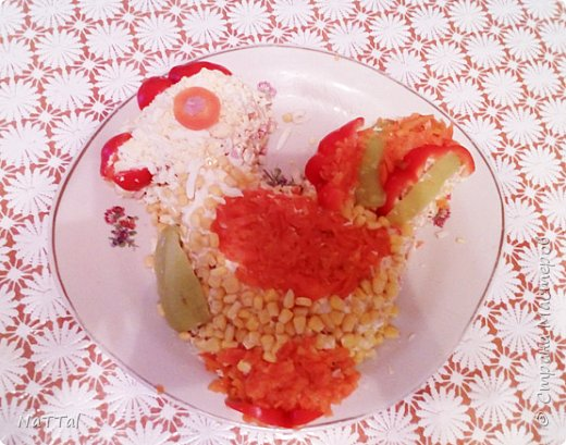 Какой же Новый год 2017 без салата символа, без петуха. Мой салатик порадует ваши глаза своим присутствием на празднике, а вкус его заставит вас пробовать снова и снова. Для того, чтобы насладиться вкусом моего салата, я вас приглашаю на мою кулинарную кухню, приготовить его вместе со мной. Для приготовления салата мне понадобились, следующие ингредиенты: 1.Красный и зелёный перец – 2 штуки;  2.Куриная колбаса – 200г.; 3.Яйца – 3 штуки; 4.Майонез – 50г.; 5.Кукуруза – 1 банка; 6.Морковь – 2 штуки; 7.Картофель – 3 штуки;  8.Крабовые палочки – 4 штуки     фото 1