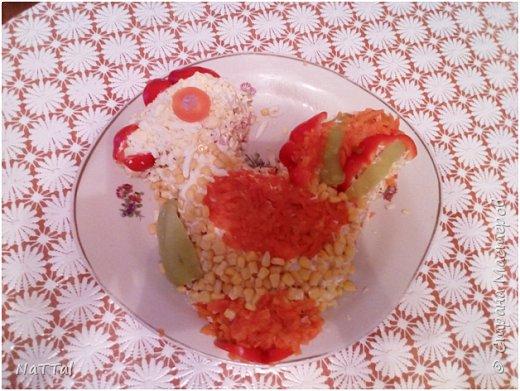 Какой же Новый год 2017 без салата символа, без петуха. Мой салатик порадует ваши глаза своим присутствием на празднике, а вкус его заставит вас пробовать снова и снова. Для того, чтобы насладиться вкусом моего салата, я вас приглашаю на мою кулинарную кухню, приготовить его вместе со мной. Для приготовления салата мне понадобились, следующие ингредиенты: 1.Красный и зелёный перец – 2 штуки;  2.Куриная колбаса – 200г.; 3.Яйца – 3 штуки; 4.Майонез – 50г.; 5.Кукуруза – 1 банка; 6.Морковь – 2 штуки; 7.Картофель – 3 штуки;  8.Крабовые палочки – 4 штуки     фото 6