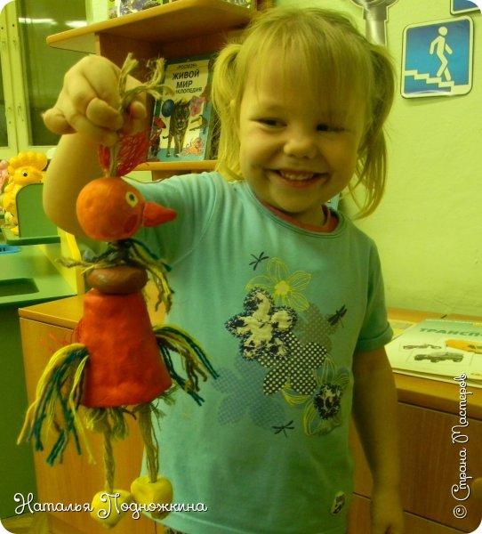 """Идея игрушки """"Петя-петушок"""" возникла после  просмотра советского короткометражного рисованного мультфильма «Пропал Петя-петушок»о том, как опасно быть непослушным.Главный герой  мультфильма — маленький и очень любопытный цыплёнок Петя.  фото 2"""