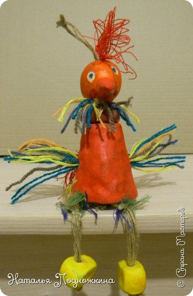 """Идея игрушки """"Петя-петушок"""" возникла после  просмотра советского короткометражного рисованного мультфильма «Пропал Петя-петушок»о том, как опасно быть непослушным.Главный герой  мультфильма — маленький и очень любопытный цыплёнок Петя.  фото 1"""