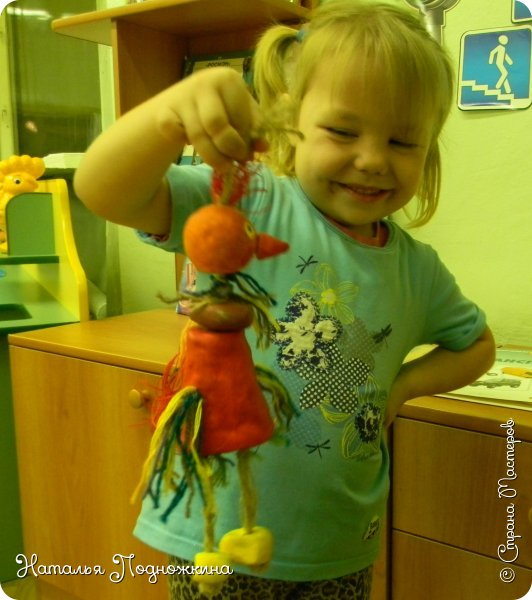"""Идея игрушки """"Петя-петушок"""" возникла после  просмотра советского короткометражного рисованного мультфильма «Пропал Петя-петушок»о том, как опасно быть непослушным.Главный герой  мультфильма — маленький и очень любопытный цыплёнок Петя.  фото 20"""